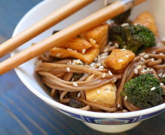 Light con gusto: tagliolini soba con pollo all'arancia e broccoli