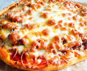 Pizza de carne y tomate natural Receta