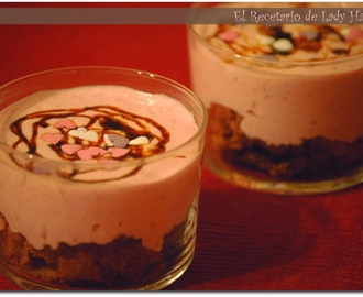 Vasitos de bizcocho de chocolate y crema de fresones