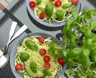 """Zoodles"" mit Avocado-Sauce"