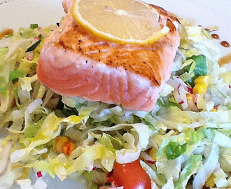 Healthy lunch: filetto di salmone e insalata