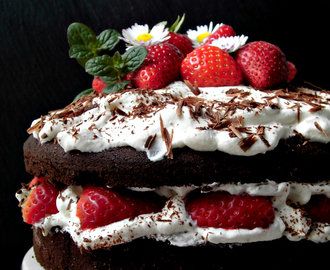 Torta al cioccolato con crema chantilly e fragole