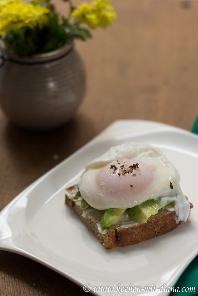 Pochiertes Ei auf Avocado Toast/ Poached egg on avocado toast