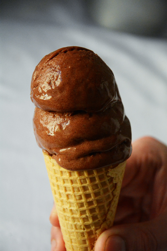 Helado cremoso de chocolate con solo dos ingredientes