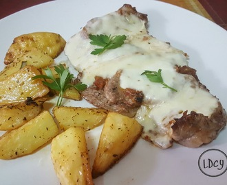 FILETE DE TERNERA CON VINAGRETA DE ANCHOAS, MOZZARELLA Y GUARNICIÓN DE PATATAS AL HORNO