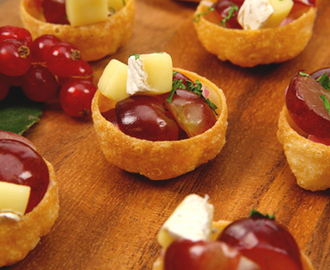 Walnut, Brie and Grape Salsa Tartlets 	             quartered seedless red grapes finely chopped shallots or green onions white balsamic vinegar or cider vinegar salt pepper Brie cheese pkg croustades chopped walnuts minced fresh parsley