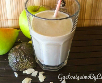 Smoothie di avocado  yogurt e frutti misti