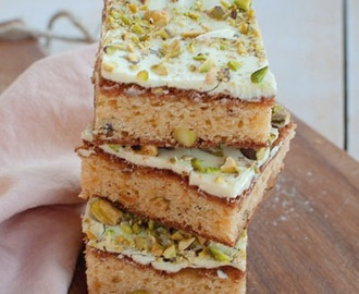 Recept: Blondies met witte chocola en pistachenootjes - Savory Sweets