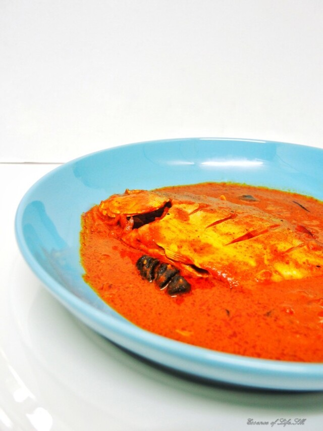 MEEN VEVICHATHU / MULAKITTATHU - KERALA STYLE RED FISH CURRY