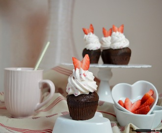 Champagner Cupcakes mit Erdbeerhaube / Champagne Cupcakes with Strawberry Cream