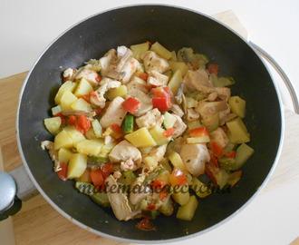 Ricette di pollo in padella con patate e pomodorini mytaste - Come cucinare le cosce di pollo in padella ...