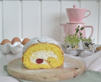 Biskuitrolle gefüllt mit Himbeeren und Sahnecreme / Biscuit Roll filled with Raspberries and Whipped Cream