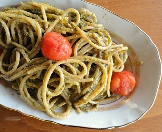 Spaghetti con pesto di basilico fresco e pomodorini (Spaghetti with basil pesto and fresh tomatoes)