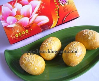 Golden Egg Lotus Paste Mooncake (金蛋莲蓉小月饼)