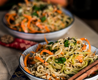 Asiatscher Sesam-Nudelsalat mit Gurke und Möhre /// Asian sesame noodle salad with cucumber and carrots