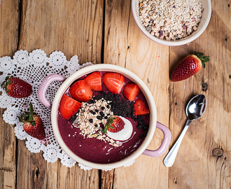 Beeren Smoothie Bowl mit Superfood Topping