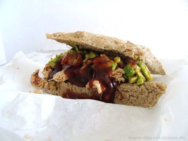 Pulled Chicken Sandwich mit Avocado-Tomaten-Salsa