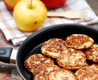 Wegańskie racuchy na sojowym jogurcie, z jabłkami i poppingiem / Vegan pancakes with soy yogurt and apple