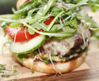 Weltbester Double Comté Cheese Burger mit Avocado, Chili, Ruccola und Sprossen! GENIAL