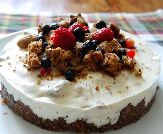 Cookies and Cream Cheesecake mit Beeren – ohne Backen!