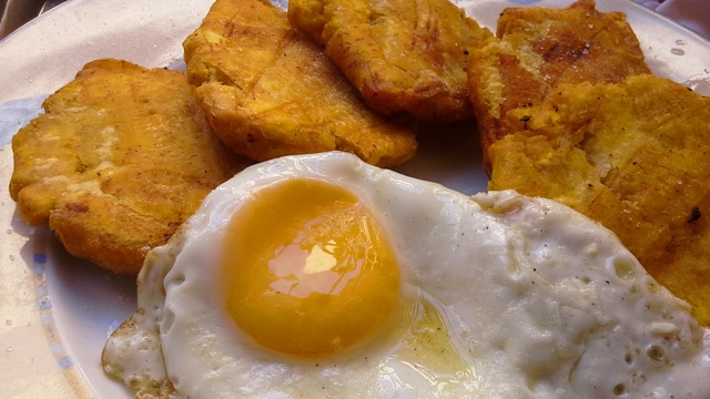 Tostones and fried eggs – Dominican breakfasts