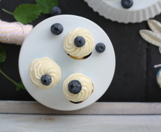 My blueberry nights: {Heidelbeer Zitronen Mini-Cupcakes mit Vanille Cream Cheese Frosting}