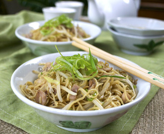 TOSSED NOODLES WITH SPRING ONIONS AND BEAN SPROUTS