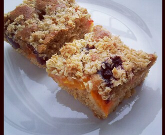 "Celozrnná bublanina s ovocem a ovesnou drobenkou / Whole wheat ""bublanina"" with fruit and oatmeal crumb"