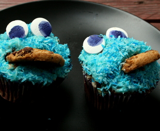 Choklad Cookie Monster Cupcakes fyllda med Cookie Dough