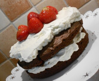 Brownietårta med whipped cream cheese frosting & jordgubbar