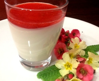 Panna cotta con coulis di fragole