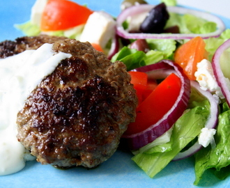 grekiska köttfärsbiffar med tomatsås