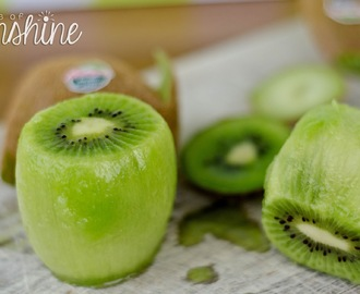 How to peel a kiwi {about a giveaway!}
