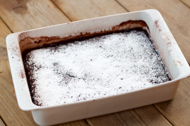 Itse kastikkeensa hoitava suklaavanukas (self-saucing chocolate pudding)