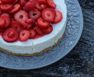 Frusen Cheesecake med limemarinerade jordgubbar