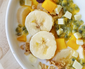 Breakfast bowl met fruit, chocolade en geitenyoghurt