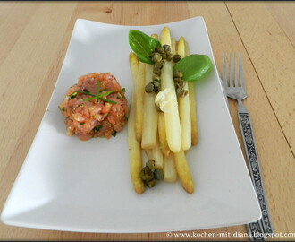 Spargel mit Limetten-Butter, Kapern und Lachstatar/ Asparagus with lime-butter, capers and salmon tatar