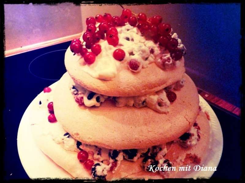 Baiser Torte mit Ribisel und Preiselbeeren/ Meringue cake with currants and cranberries