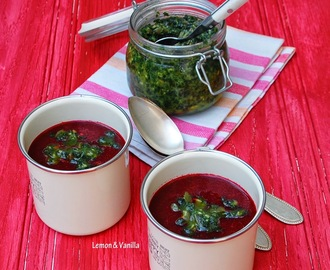 Roasted beet soup with baby spinach and pumpkin seed pesto / Sopa de beterraba assada com pesto de espinafres bebé e sementes de abóbora.