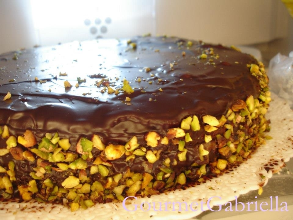 Torta fondente alla crema e granella di pistacchi di Bronte/Dark chocolate cake with Bronte pistachio cream and chopped pistachio nuts