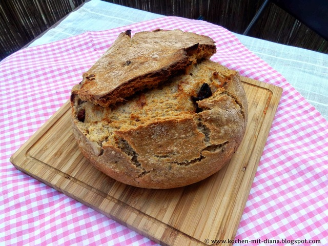 Brot mit getrockneten Tomaten/ Bread with dried tomatoes