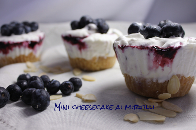 Mini cheesecake ai mirtilli e cioccolato