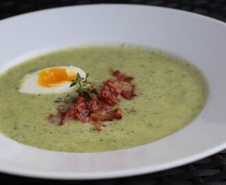 Broccolisoppa med ägg & knaperstekt bacon