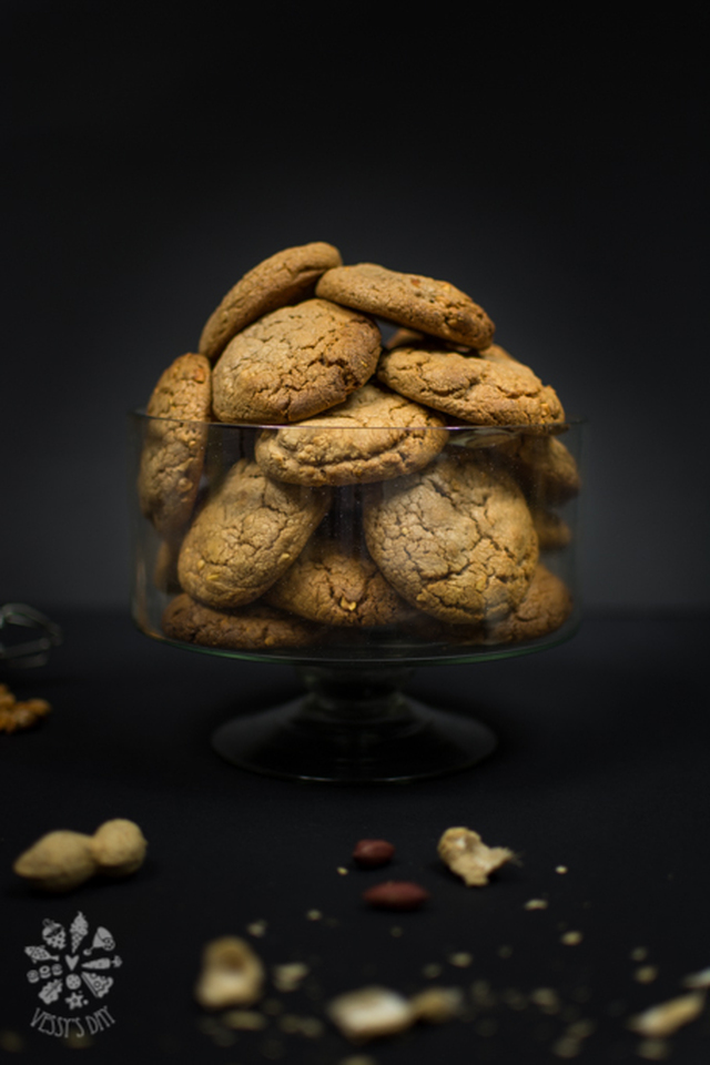 Chocolate cookies with salted peanuts