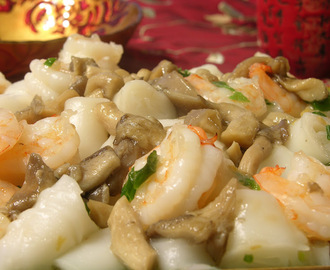 Steamed Rice Rolls with Shrimp and Oyster Mushroom (虾仁蘑菇蒸肠粉)