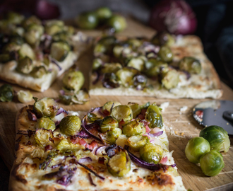 Rosenkohlpizza mit Parmesan und Schinken / Brussels sprouts pizza with parmesan cheese and ham