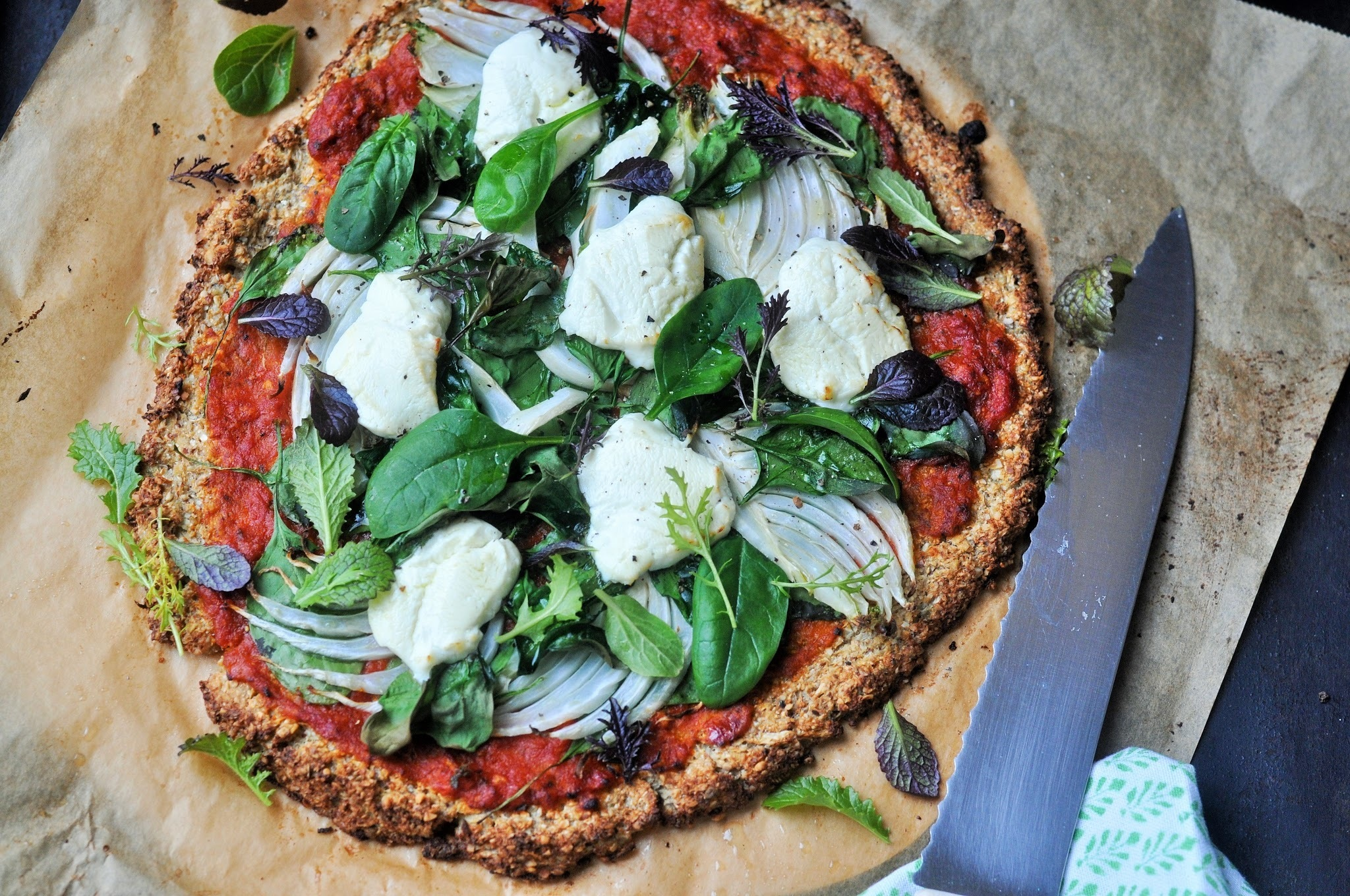 Vegetarische low carb Pizza mit Karfiol-Boden (glutenfrei)