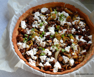 Tarta z mielonym mięsem, jabłkami i kozim serem / Tart with minced meat, apple and goat cheese
