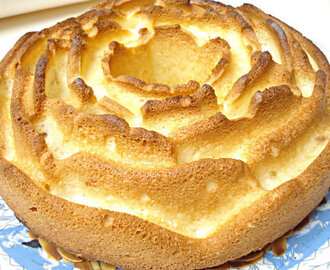 Bijeli kolač s marcipanom i bademima :: White cake with marzipan and almonds