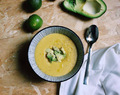 Zuppa di mais messicana con lime e avocado